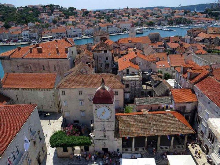 Trogir, kustplaats in Kroatië