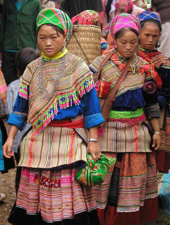 De Flower Hmong vrouwen op de markt in Coc Ly, alles bij elkaar een hele kleurrijke beleving