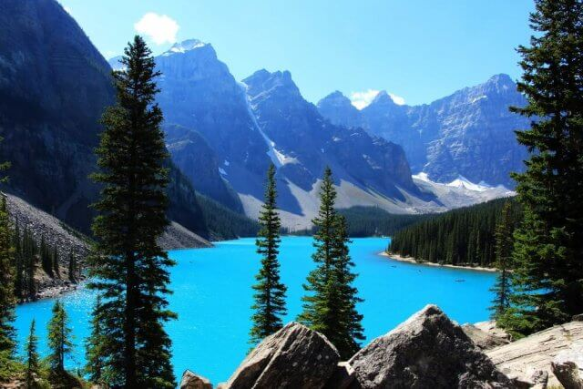 Het prachtige turquoise Moraine Lake in de zomer Banff National Park, Canada