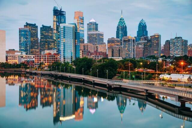 Skyline van Philadelphia in de avond met de met de Schuylkill rivier
