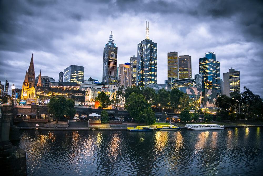 Melbourne city en de Yarra rivier in de avond, Australië