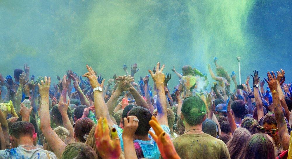 Feestvierders dansen tijdens het Holi-festival in India