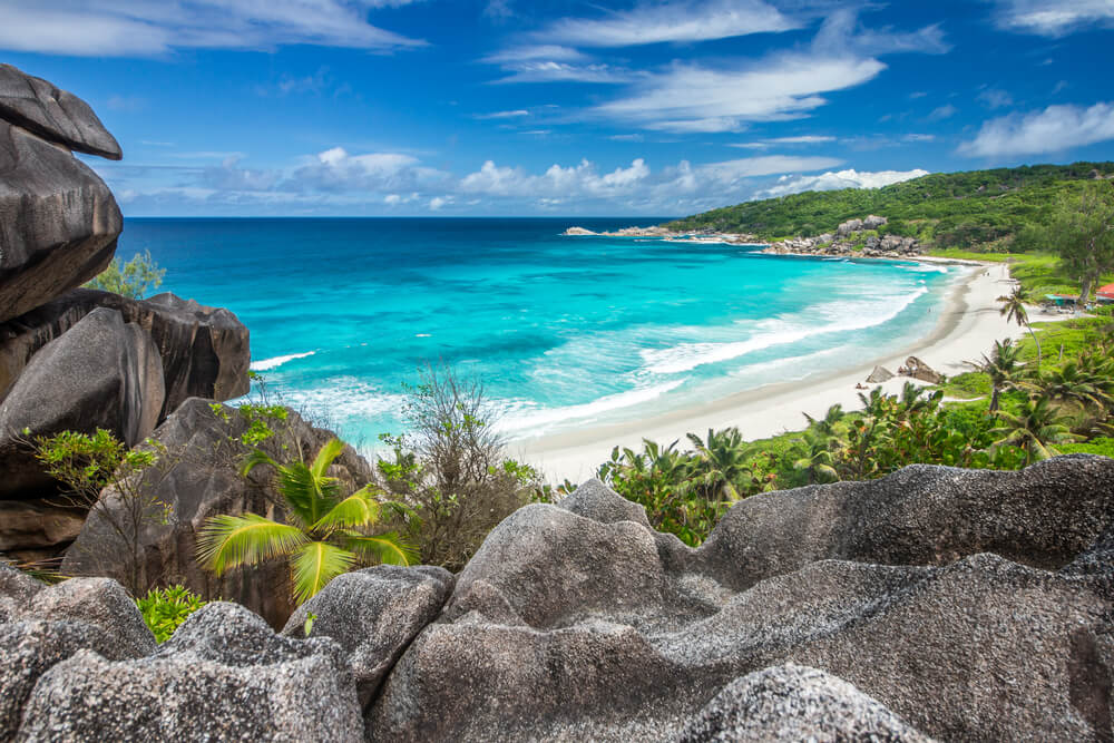 Het strand Grande Anse op het eiland La Digue, Seychellen.