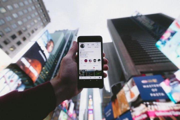 Social media blokkades op reis; zo blijf je in contact met het thuisfront