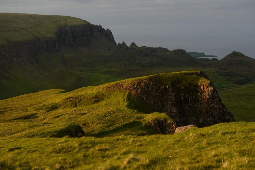 Groene Quiairing kliffen op the Isle of Skye, Schotland