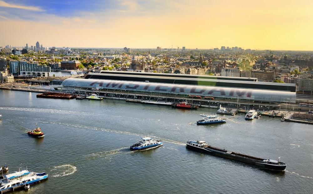 Uitzicht over het IJ en de stad in Amsterdam, vanaf de toren Lookout