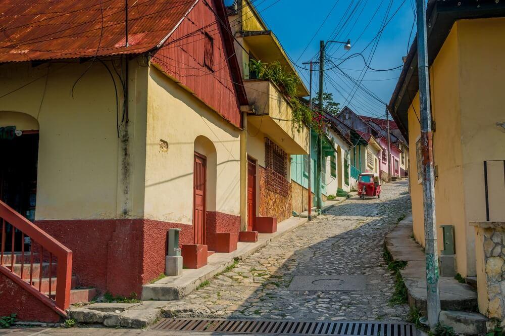 Pittoresk steegje in het historische centrum van Flores