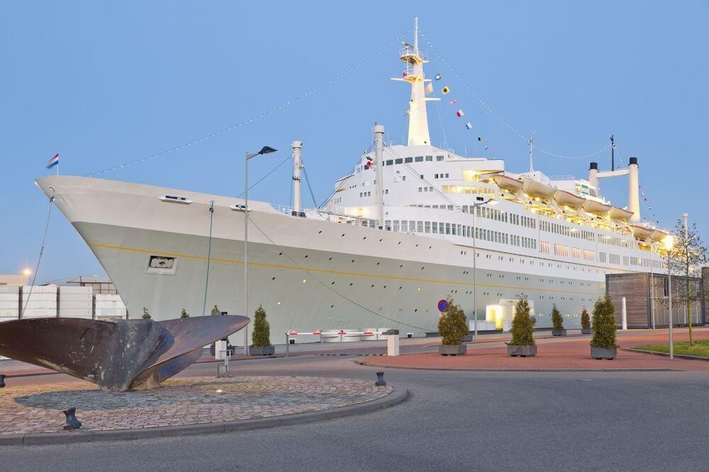Cruise schip in de haven van Rotterdam