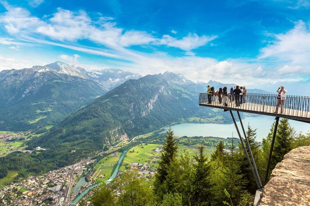 Wandelaars bij een prachtig uitkijkpunt in Interlaken, Zwitserland