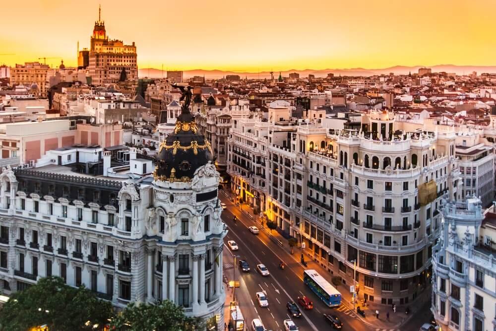 Overzicht over de prachtige gebouwen van Madrid, met zonsondergang