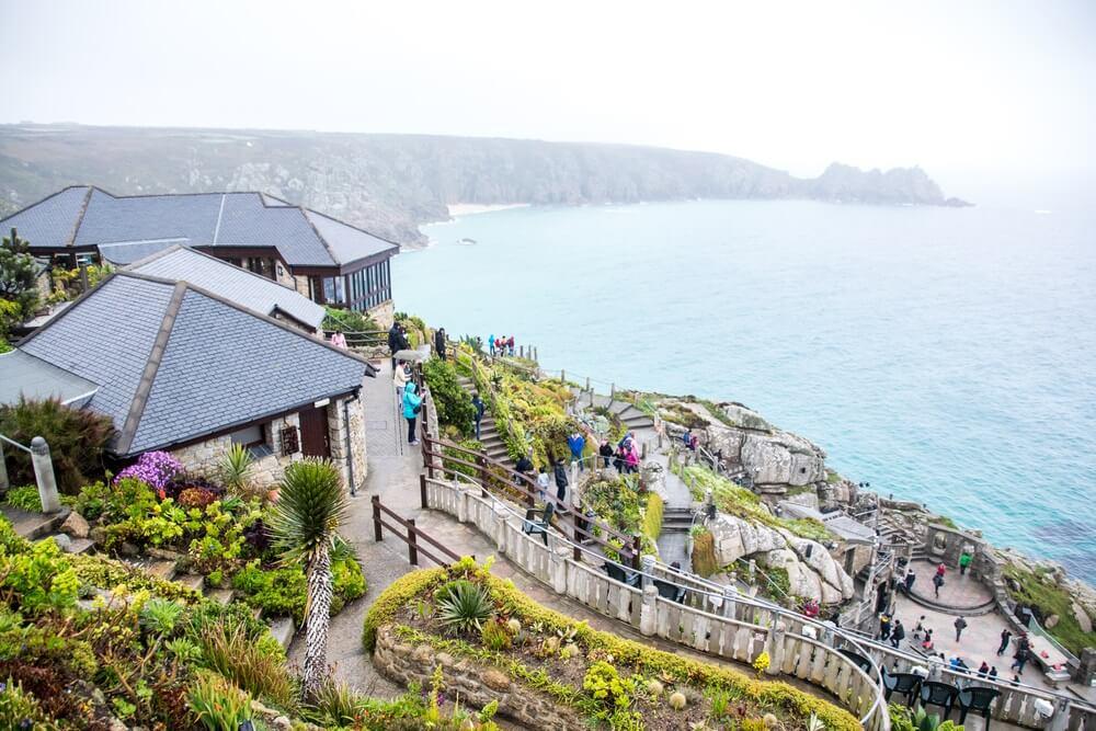 Uitzicht over de zee en stad vanaf Minack Theatre, Cornwall