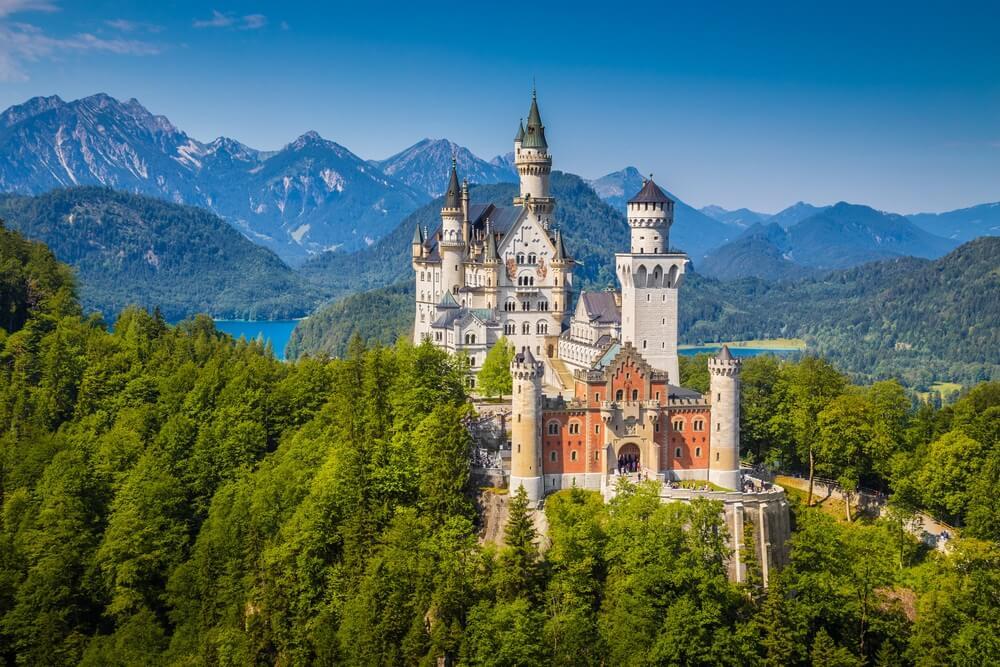 Het prachtige in de bergen gelegen Neuschwanstein kasteel, Duitsland
