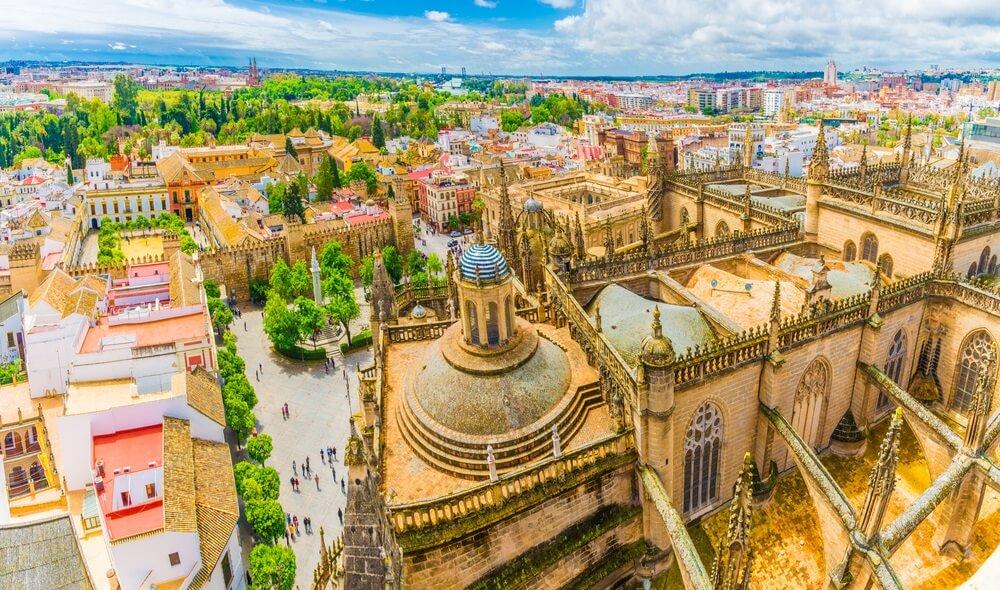 Uitzicht over de Spaanse stad Sevilla, met zijn oude gebouwen en groene parken