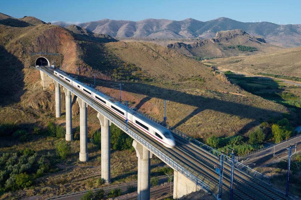 Trein die met een snelle vaart door het prachtige Spaanse landschap raast