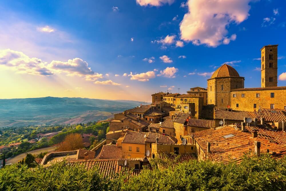 Het uitzichtpunt vanaf het middeleeuwse Volterra, Toscane