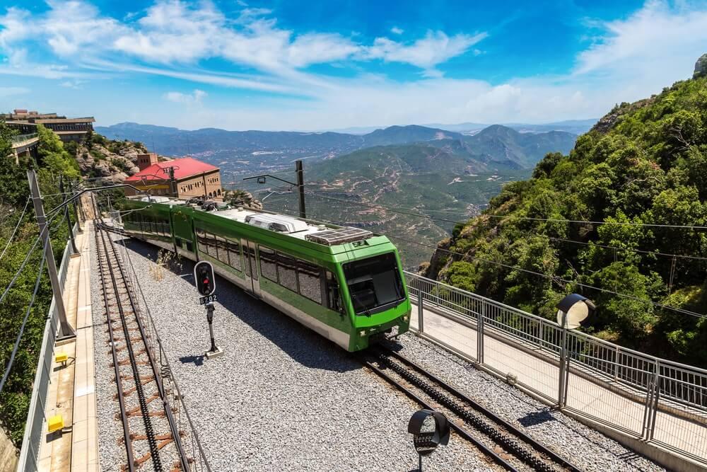 Trein die een station binnenrijd in het binnenland van Spanje