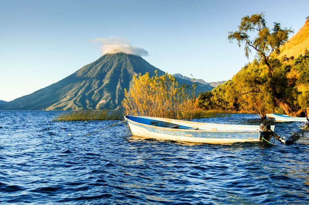 Vissersbootje op het meer van Atitlan