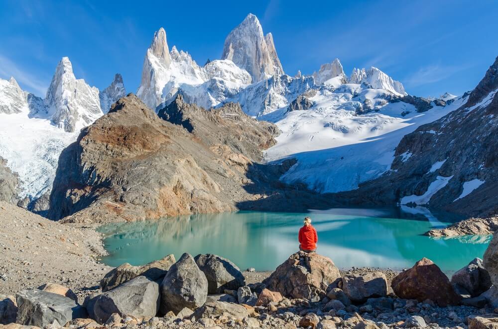 Eindpunt van de hike naar base de las Torres: groene laguna voor de beroemde pieken van de Torres.