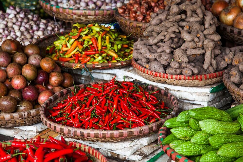 Traditionele kruiden en groeten op de Don Xuan markt in Hanoi