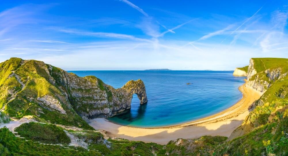 Wit strand en azuurblauwe zee aan de kust van Engeland