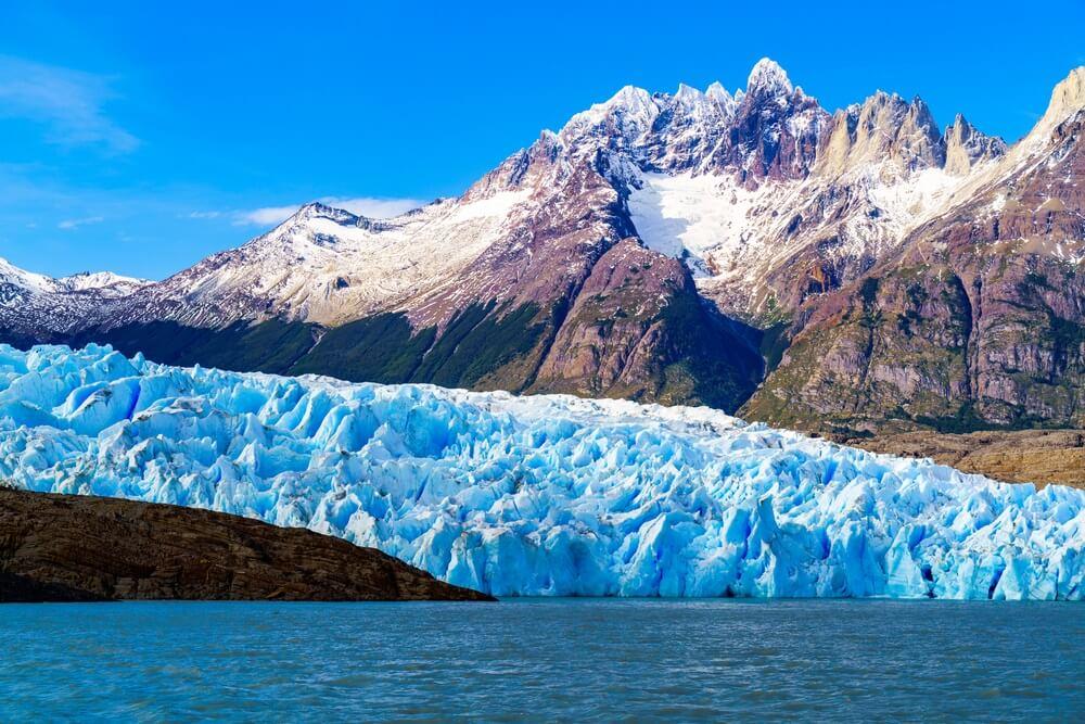 Glacier Grey en Lago grey in Torres del Paine met besneeuwde bergtoppen op de achtergrond