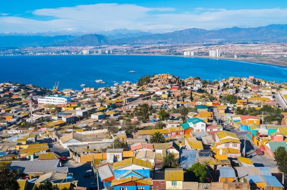 De kleurrijke stad la Serena in Chili, met de oceaan op de achtergrond