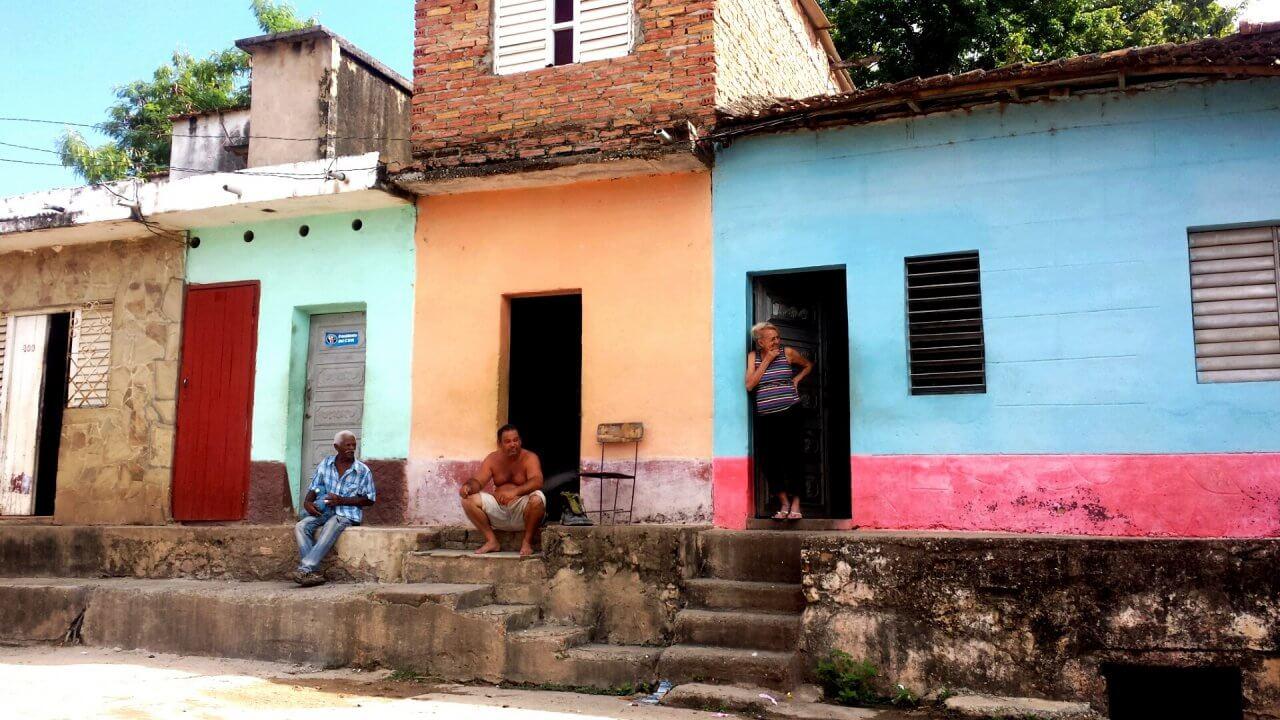 Lokale inwoners van Trinidad zitten te relaxen voor hun huisje