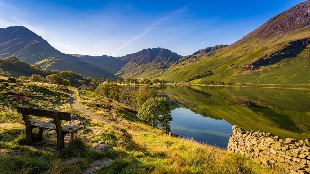 Prachtig meer in het Lake District in Engeland, met glooiende groene heuvels er omheen