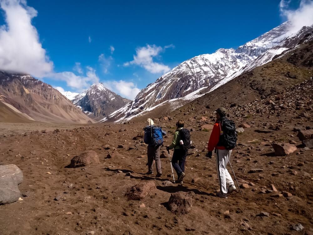 Wandelaars beklimmen de berg Aconcagua in Mendoza