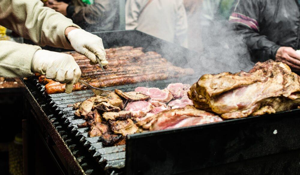 Een Argentijnse parilla met verschillende soorten vlees op de grill
