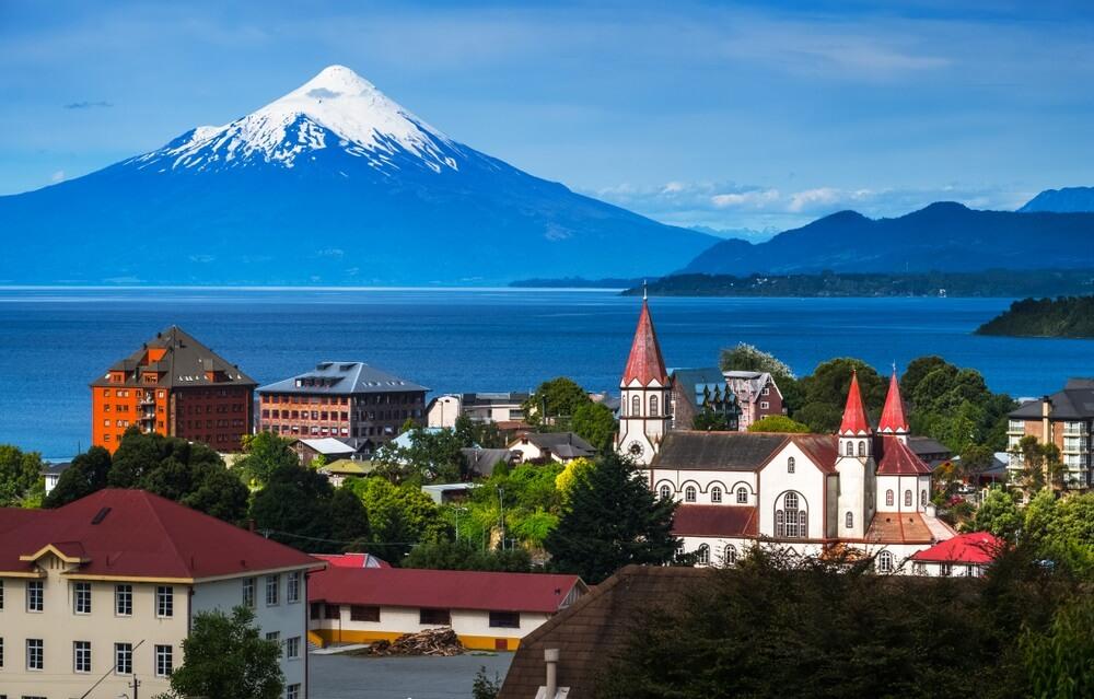 De Chileense stad Puerto Varas, met op de achtergrond de besneeuwde vulkaan Osorno