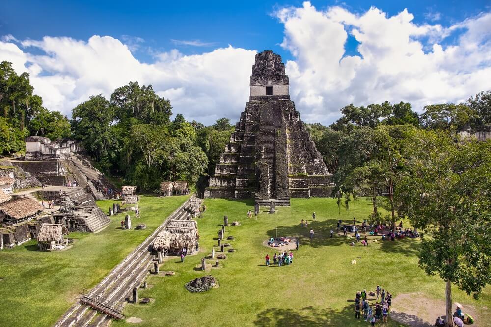 Overzicht van het centrale plein in Tikal, Guatemala