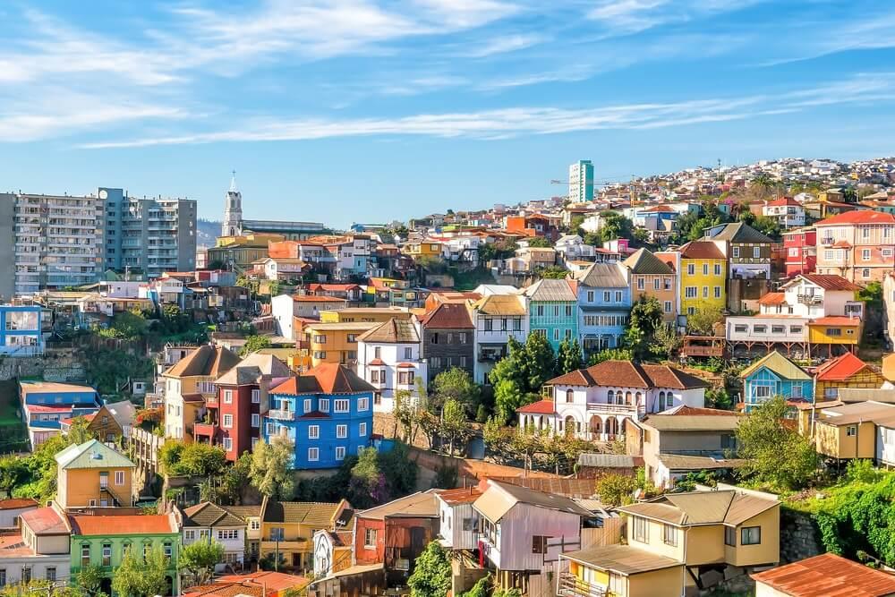Overzicht van de stad Valparaíso met zijn kleurrijke huisjes