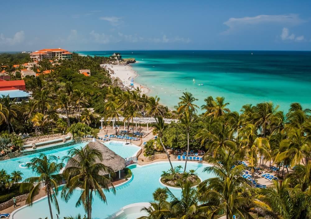 Varadero strand in Cuba, met resorts verscholen tussen de groene palmbomen.