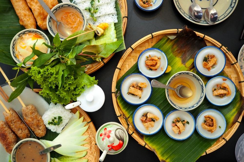 Verschillende Vietnamese gerechten, neergezet op een tafel.