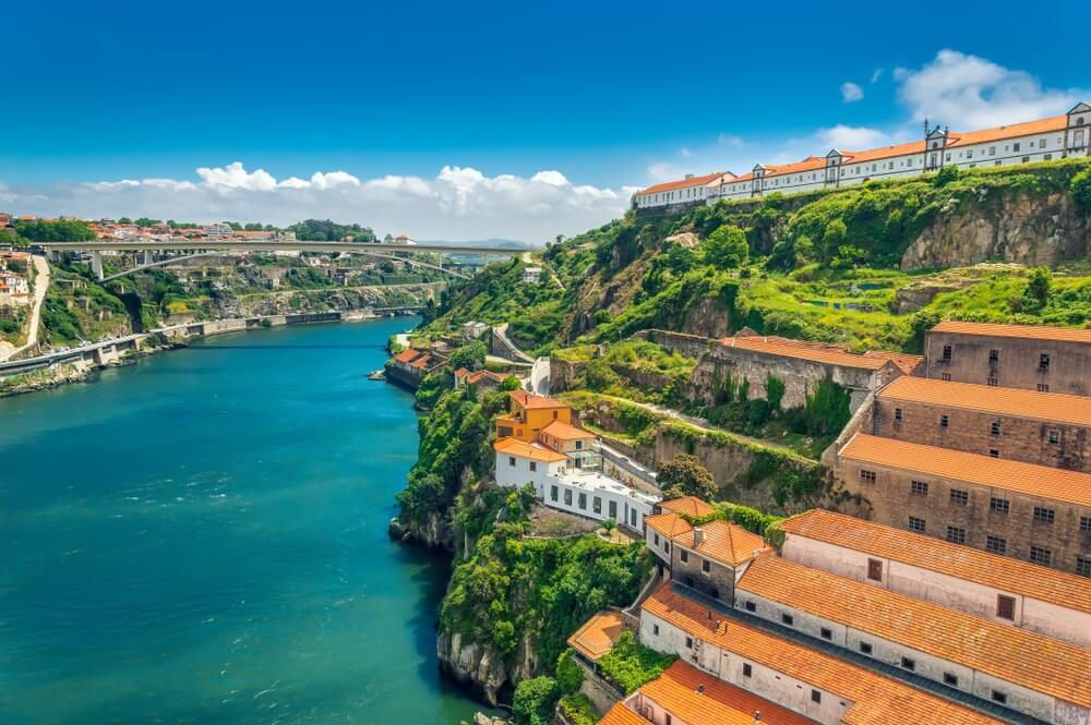 De op de heuvels gebouwde wijk Vila Nova de Gaia, met zijn porthuizen en de Douro rivier  op de voorgrond