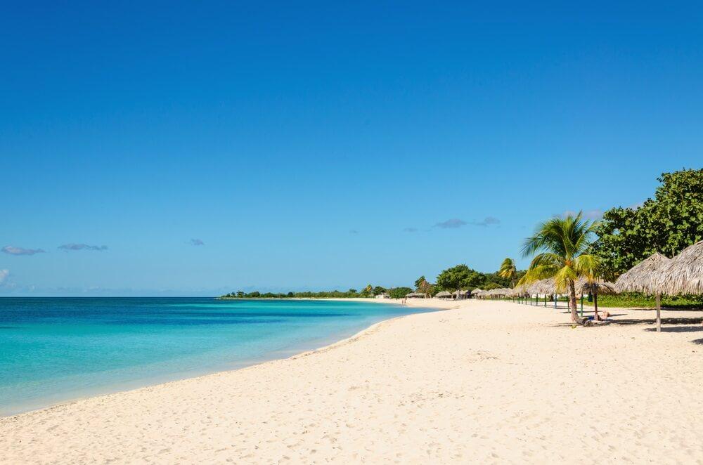 Parelwit zand en turquoise water van Playa Ancon, Cuba.
