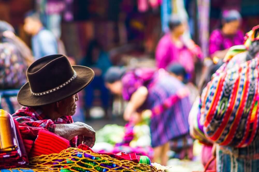 Marktverkoper op de Chichicastenango markt in Guatemala. Kleurrijke achtergrond.