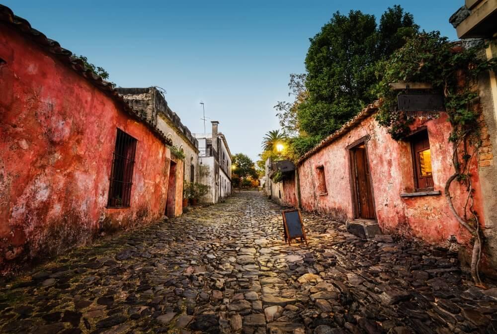 Oud, geplaveid straatje in het historische centrum van Colonia del Sacramento.