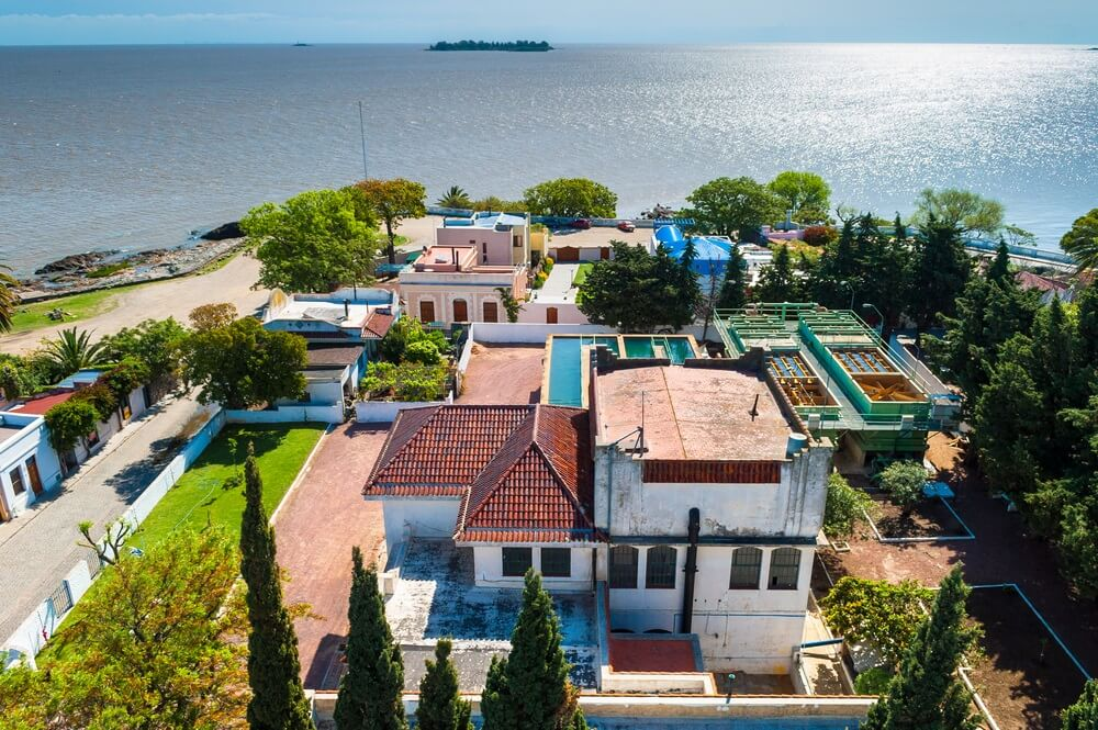 Overzicht van het stadje Colonia del Sacramento, Uruguay. Wit/blauwe huisjes met op de achtergrond de zee.