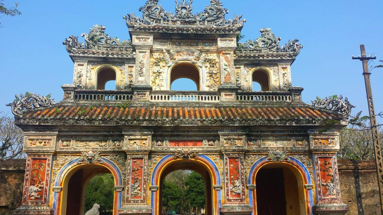 Beroemde tempel in Hue, beslaat bijna het hele beeld. Fel blauwe lucht op de achtergrond.