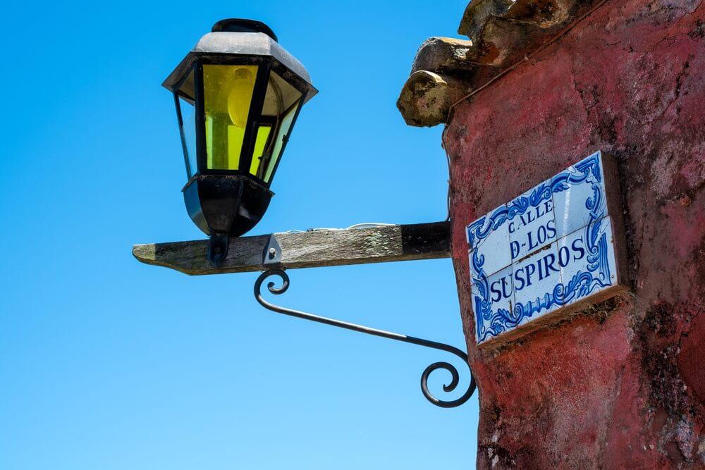 Naambordje op gevel van historisch huis van Calle de los Suspiros, Colonia del Sacramento.