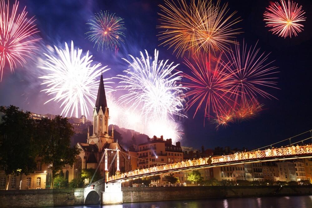 Vuurwerk verlicht de hemel van Lyon over de rivier de Saône op Bastille dag.