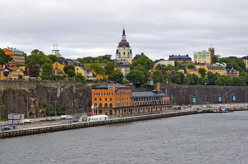 Uitzicht op de haven in Stockholm met het fotomuseum Fotografiska in het midden.