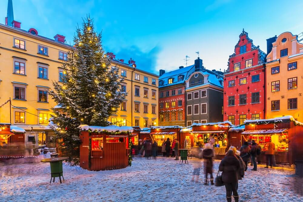 Mooi besneeuwd winterlandschap van kerstvakantiebeurs op het Grote Plein (Stortorget) in de oude binnenstad (Gamla Stan) in Stockholm.
