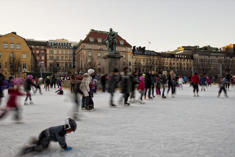 Mensen zijn aan het schaatsen op een schaatsbaan in Stockholm.