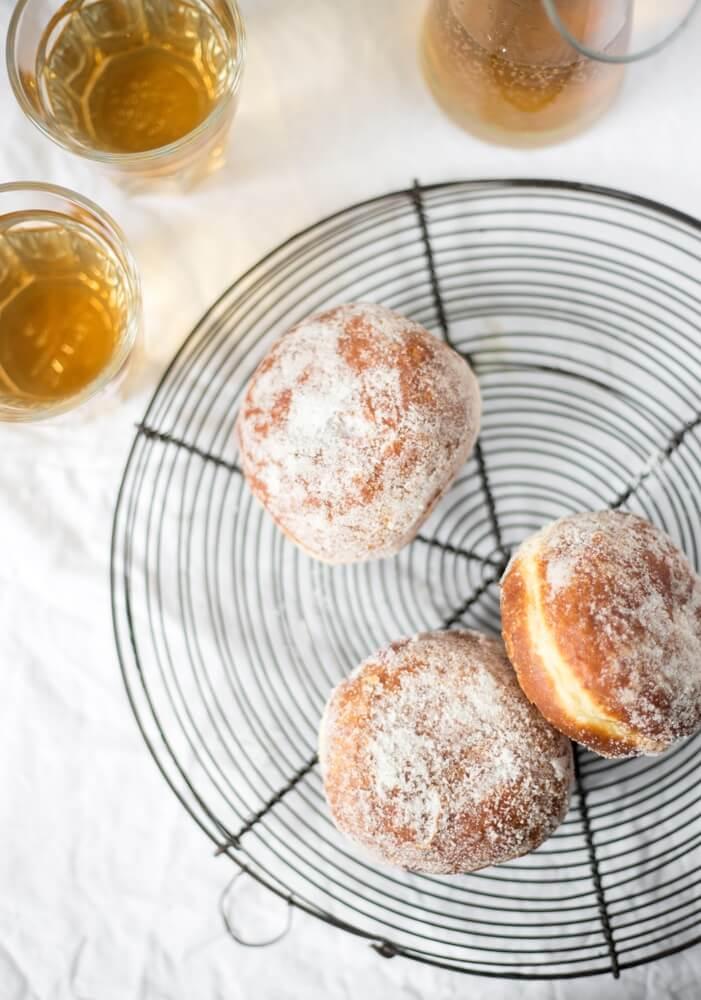 Fins traditioneel Vappu-voedsel, suikerdonuts met sima, geserveerd op een plateau.