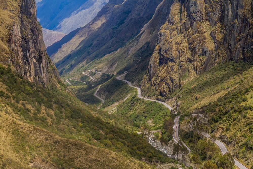 Slingerende weg van Ollantaytambo naar Quillabamba in Abra Malaga-passectie, Peru