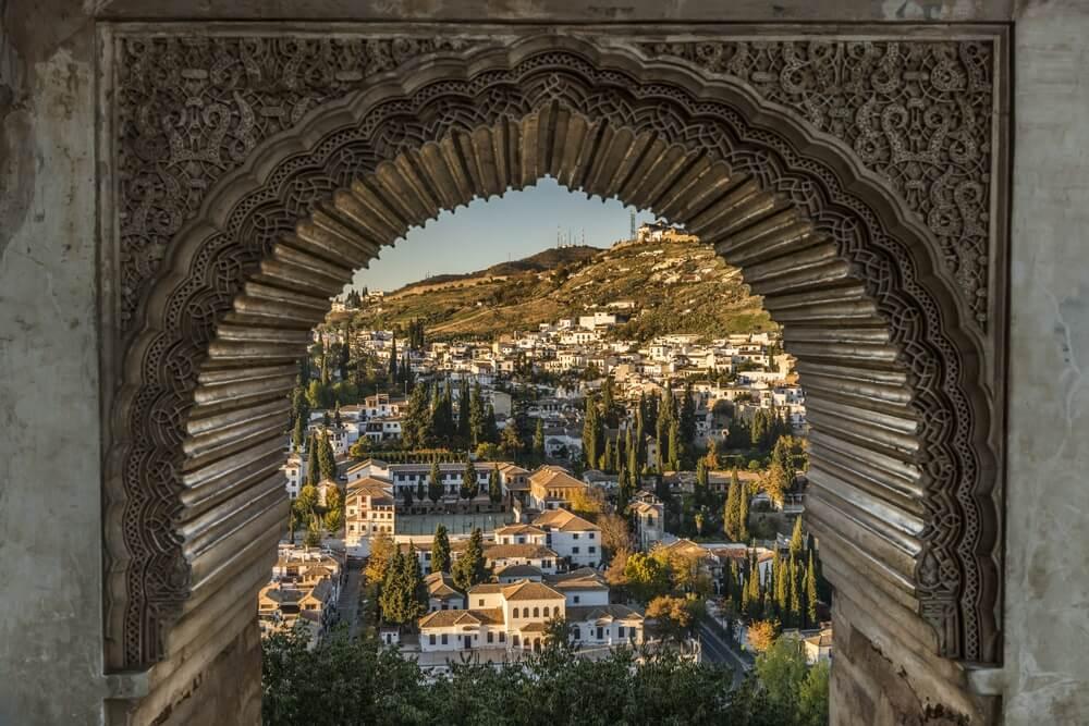 De wijk Albaicin in Granada, gezien vanuit een historische poort.