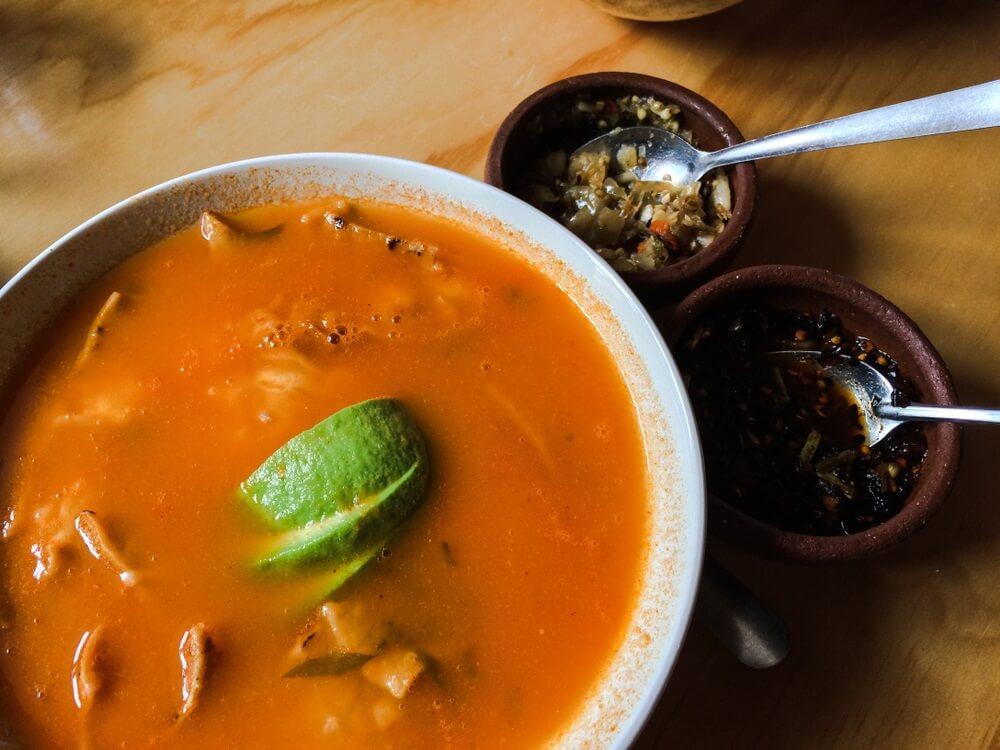 Azteekse soep geserveerd met avocadoplakken in San Cristobal de Las Casas, Chiapas, Mexico.